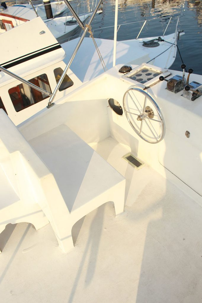 42-ft-convertible-fishing-boat2-helm