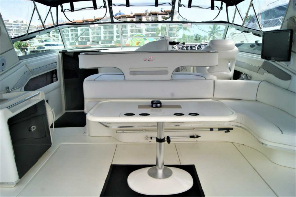 42-FT-Sea-Ray-Ample-and-full-Seats-on-the-cockpit