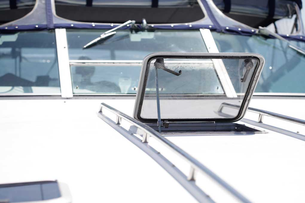 42-FT-Sea-Ray-Front-deck-hatch