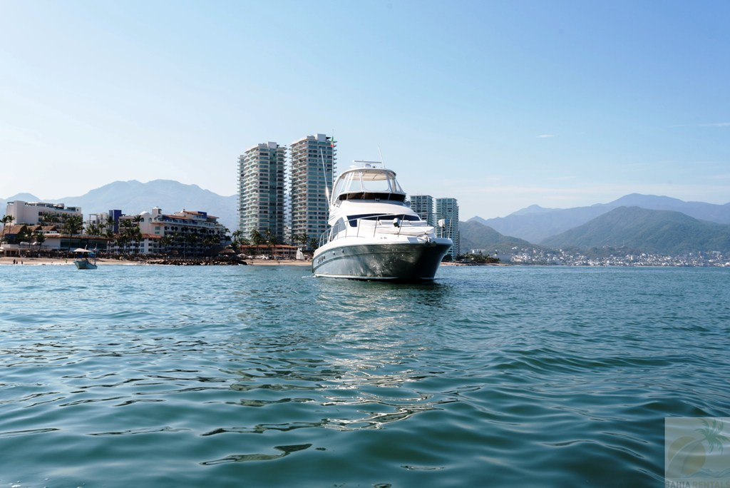 44-ft.-Sea-Ray-–-Luxury-Power-Yacht-Front-view-away