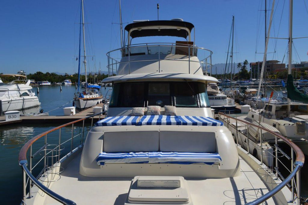 58-foot-Hatteras-front-deck-bow