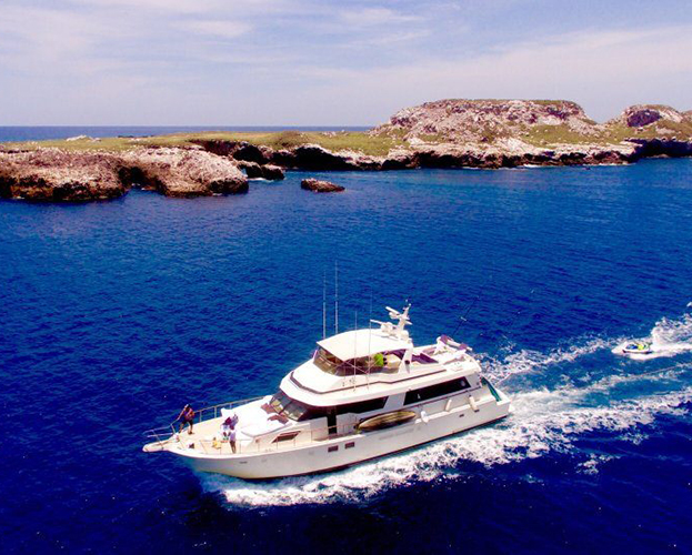 75-ft-Hatteras-Power-Yacht-Up-to-40-People-1
