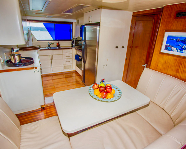 75-ft-Hatteras-Power-Yacht-Up-to-40-People-12