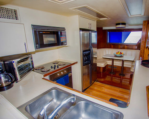 75-ft-Hatteras-Power-Yacht-Up-to-40-People-13