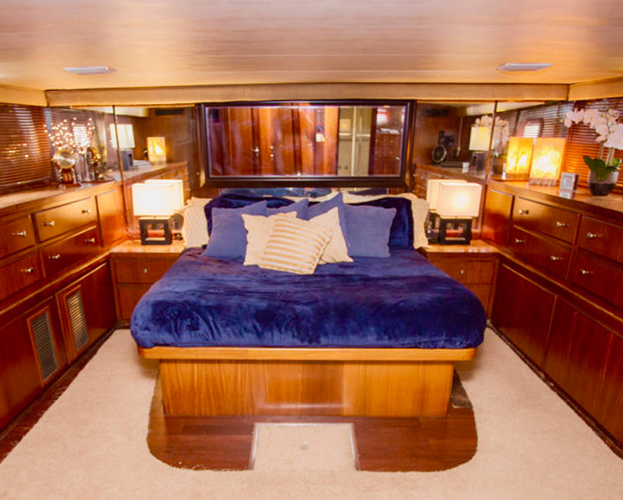 75-ft-Hatteras-Power-Yacht-Up-to-40-People-15